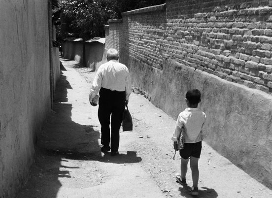 Still of old man and little boy in 'The Bread and Alley' (1970) (c) Kanoon