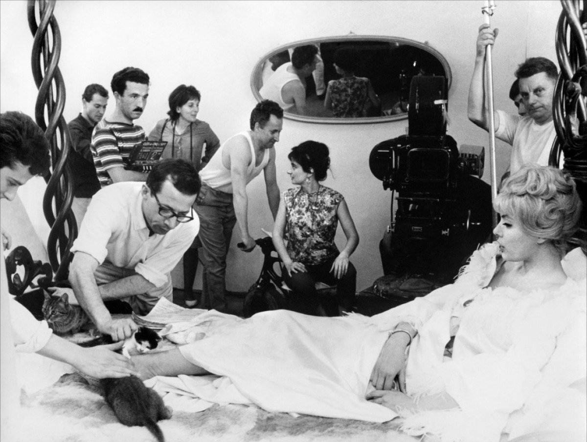 Agnès Varda (seated, centre) directs Cléo de 5 à 7 (1962)