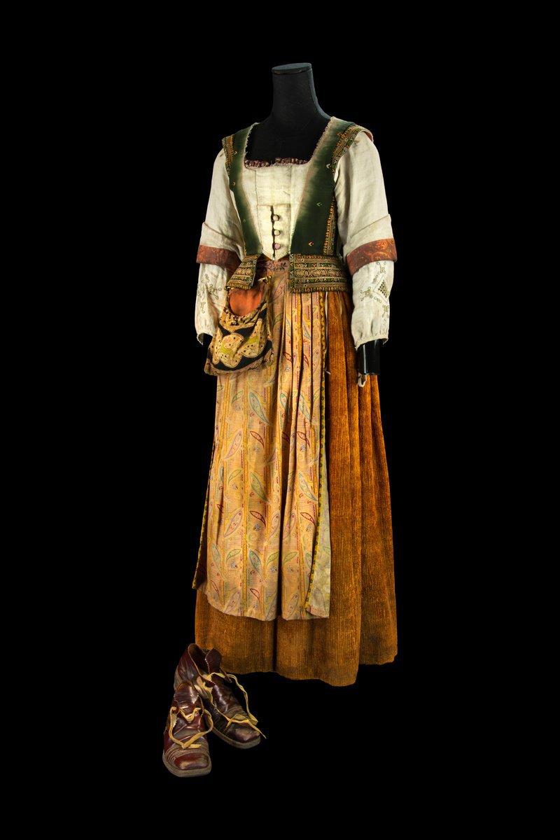 Judy (Mia Wasikowski) costume