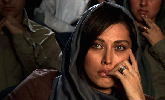 Woman with green eyes in the audience in a still from Shirin (2008)